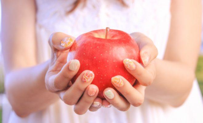 りんごを持つ女の子画像