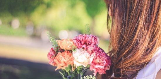 花束を持った女の子画像