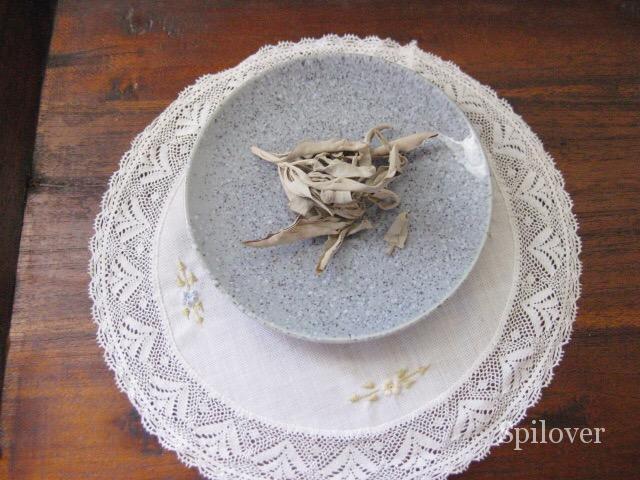 セージの葉を皿に盛ったところ