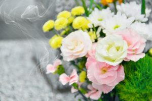 お線香とお供えの花画像