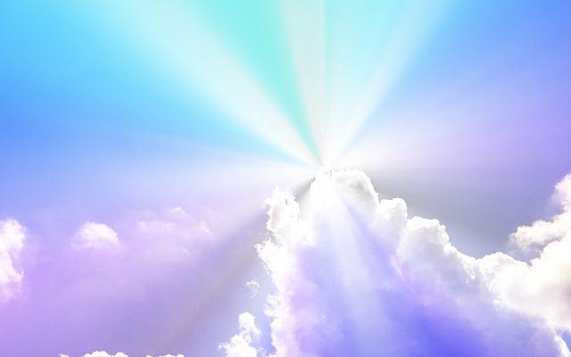 雲の切れ目から差し込む光